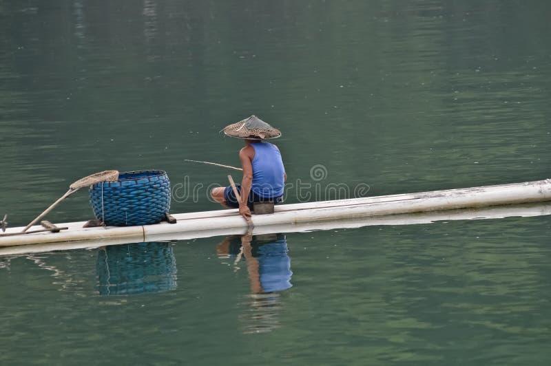 Kinesisk fiskare på bambuflotten arkivbild