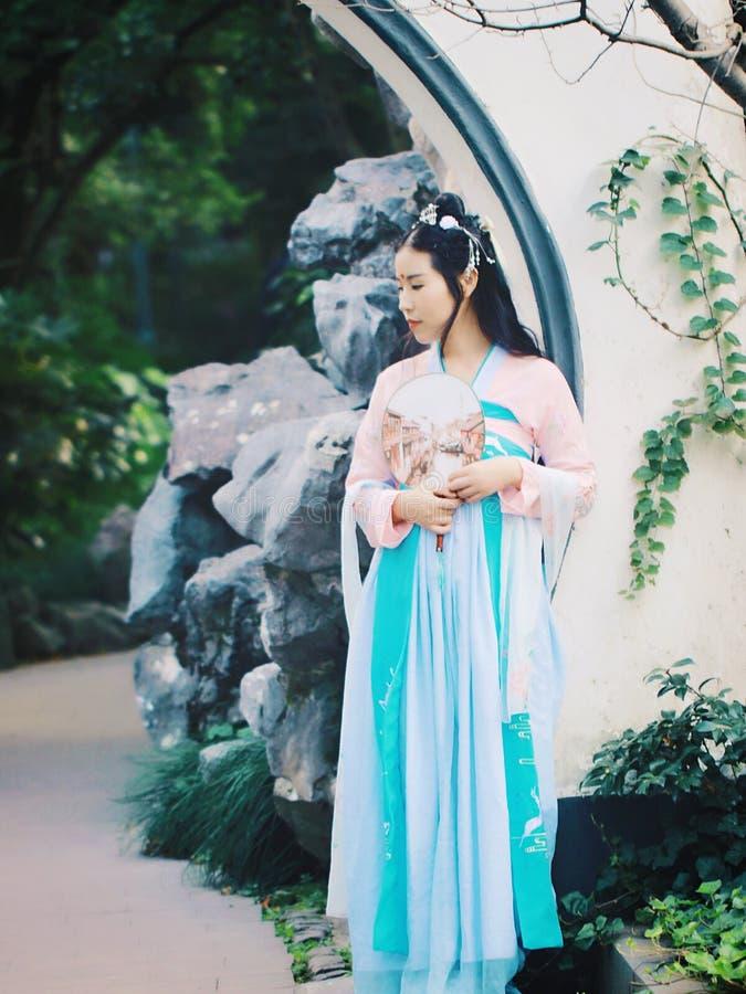 Kinesisk flicka i traditionella forntida den cosplay dramadräkthanfuen arkivfoto