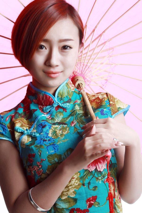 Kinesisk flicka som bär en cheongsam. arkivbilder