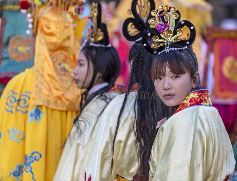 Kinesisk flickastående - det kinesiska nya året ståtar, Paris 2018 arkivfoton