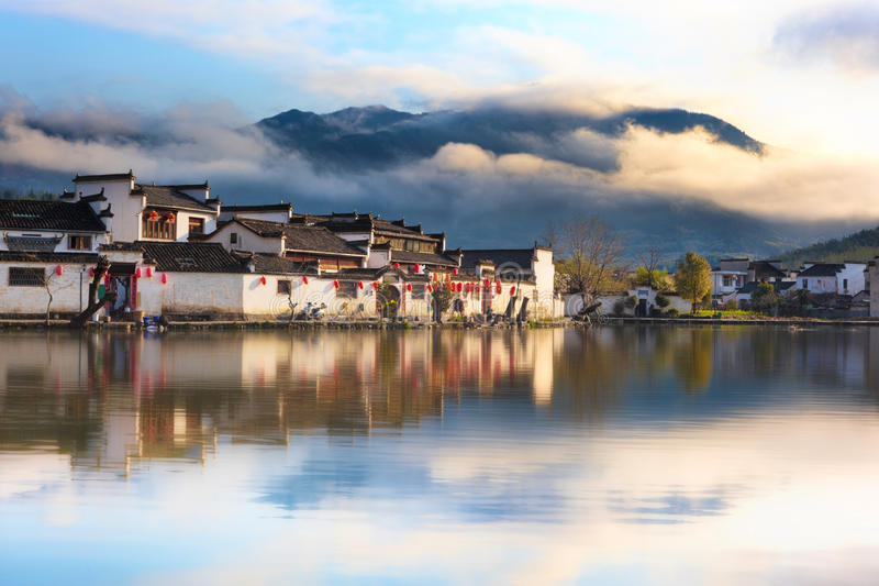 Kinesisk forntida by - Hongcun i mist arkivfoto