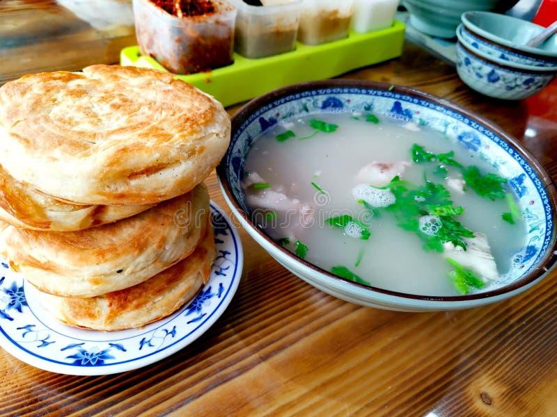 Kinesisk frukost - rullar för lammsoppa- och leraugn royaltyfri foto