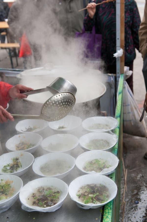 Kinesisk gatamat - soup royaltyfria foton