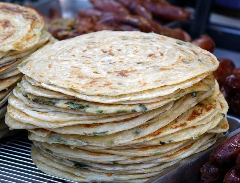 Kinesisk gatuförsäljare Sells Onion Pancakes arkivfoton