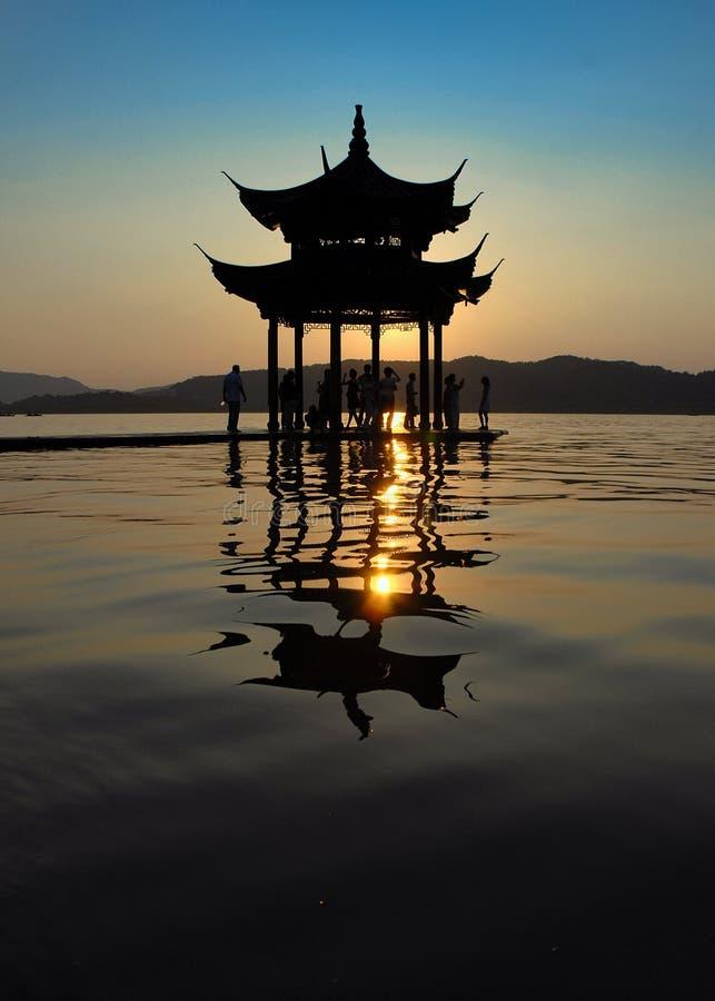 kinesisk gloriettesilhouette royaltyfri foto