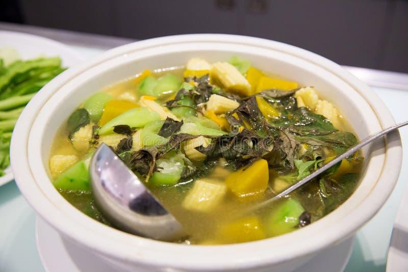 Kinesisk grönsaksoppa i stor vit bunke asiatisk mat för strikt vegetarianfolk och bantar fotografering för bildbyråer