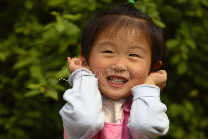kinesisk gullig flicka little fotografering för bildbyråer