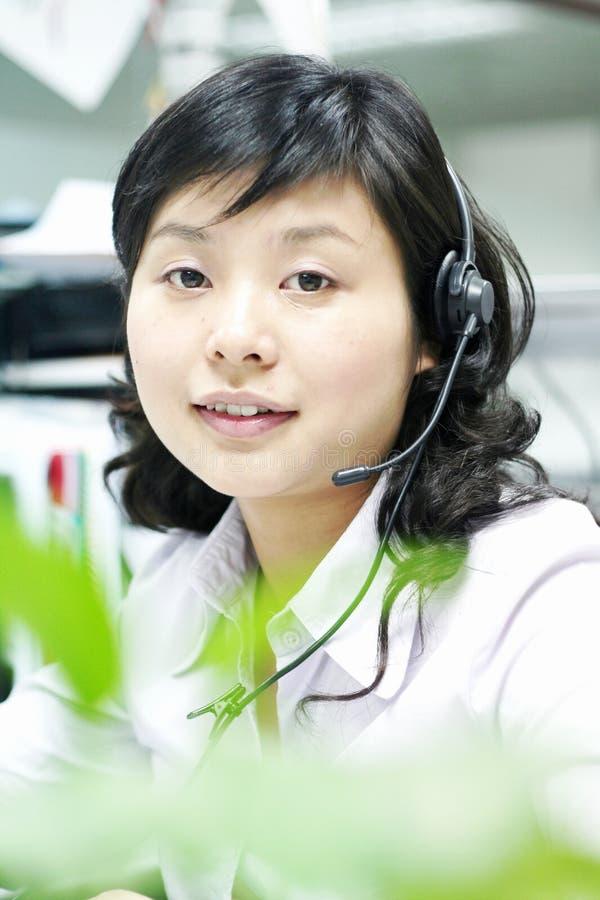 kinesisk hörlurar med mikrofonoperatör royaltyfri foto