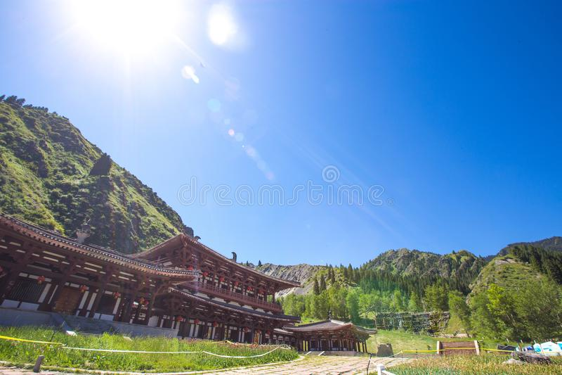 Kinesisk herrgård i himmel sjön överst av berget i Urumqi, JinJiang royaltyfri bild