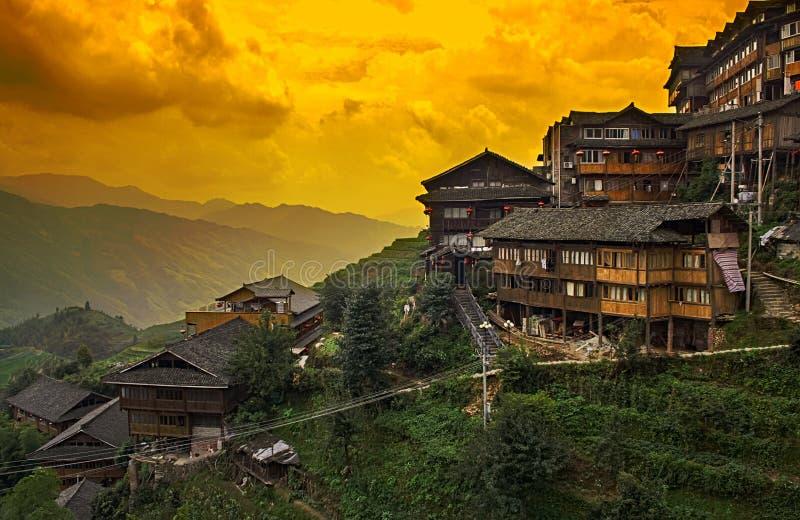 Kinesisk by i de härliga terrasserade risfälten i Longsheng Tian Tou Zhai by i longjiristerrass royaltyfri foto