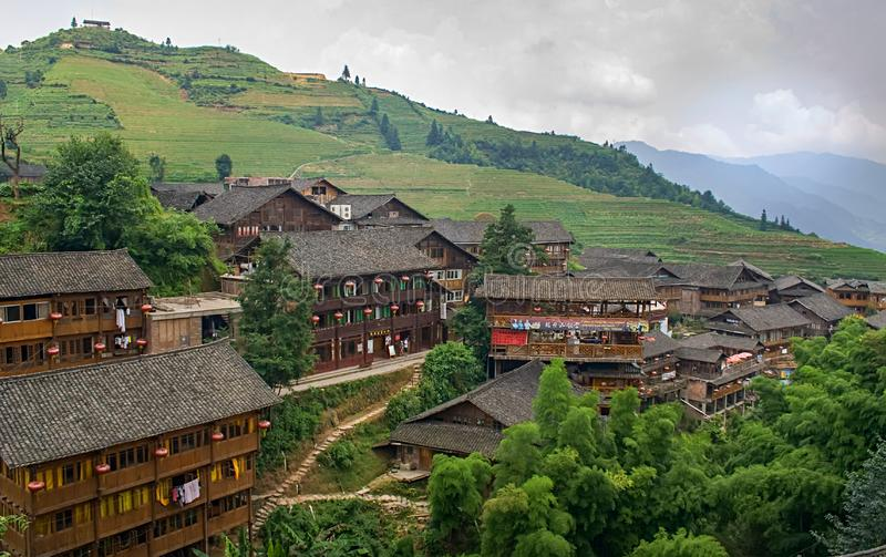 Kinesisk by i de härliga terrasserade risfälten i Longsheng Tian Tou Zhai by i longjiristerrass i guangxi royaltyfria bilder