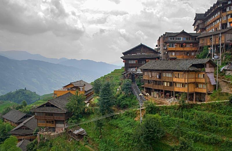 Kinesisk by i de härliga terrasserade risfälten i Longsheng Tian Tou Zhai by i longjiristerrass i guangxi royaltyfria foton