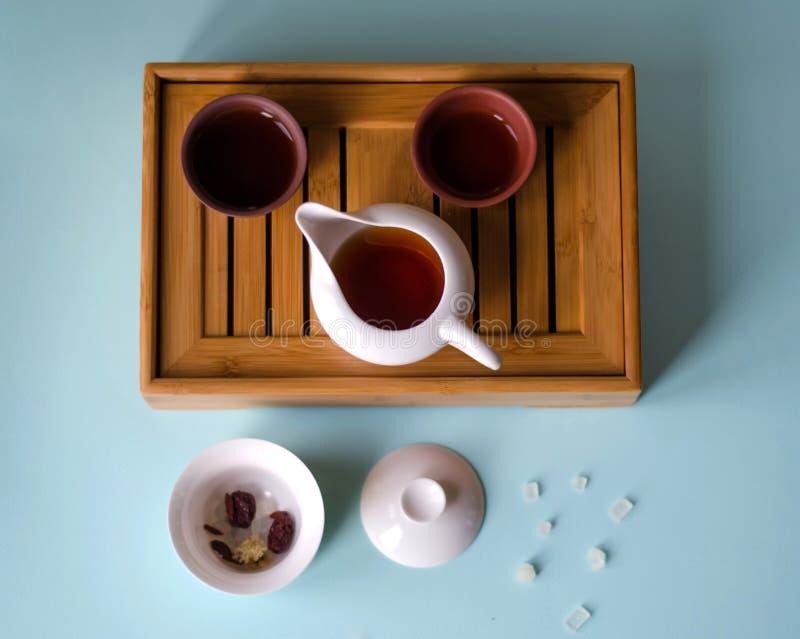 Kinesisk kokkärl och koppar på tabellen royaltyfri foto