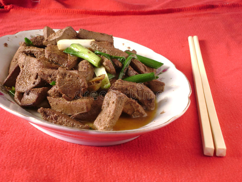 Kinesisk kokkonst - stekt svinlever royaltyfria foton