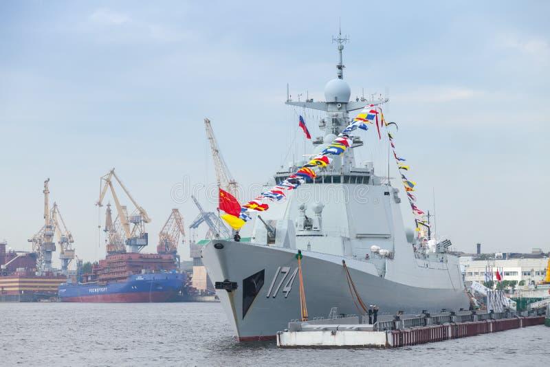 Kinesisk krigsskepp 174 står på Neva River royaltyfria foton