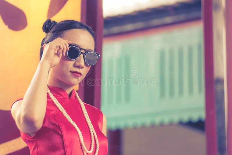 Kinesisk kvinna Cheongsam med solglasögon för det kinesiska Ganster begreppet royaltyfria bilder