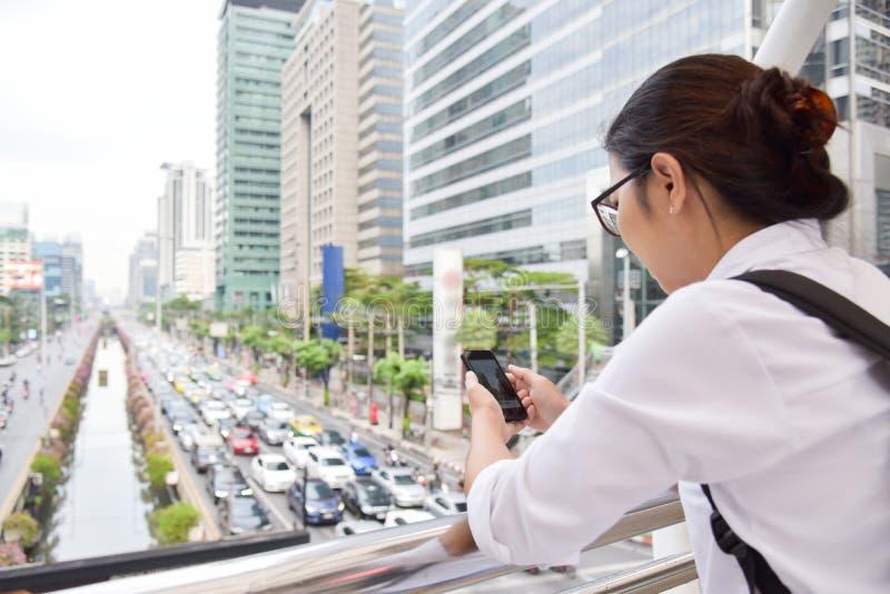 Kinesisk kvinna som använder den smarta telefonen royaltyfria bilder