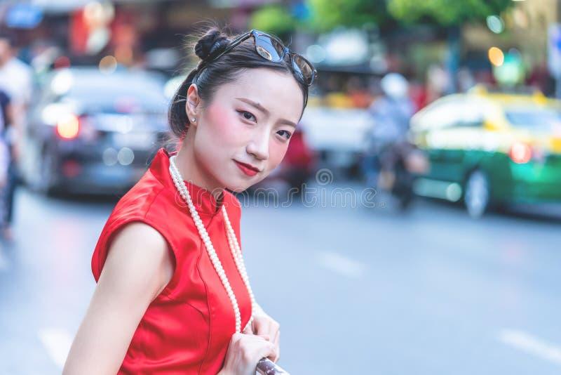 Kinesisk kvinna som reser i den Bangkok Kina staden, Thailand fotografering för bildbyråer