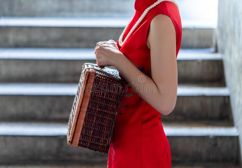 Kinesisk kvinna som rymmer träfanen för kinesiskt modebegrepp för nytt år royaltyfri bild