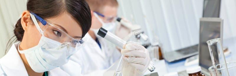 Kinesisk kvinnlig kvinnaforskare Medical Research Laboratory arkivfoton