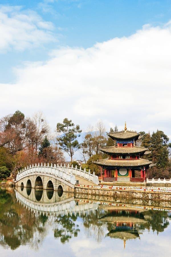 kinesisk lakepaviljong royaltyfri fotografi