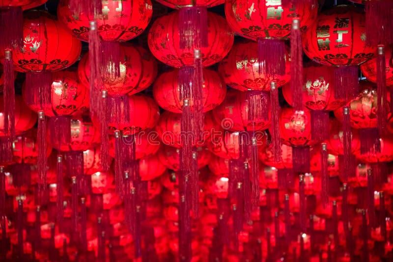 Kinesisk lykta för kinesisk festival för nytt år Färgrika röda traditionella kinesiska lyktor skiner för det nya året, den textur arkivfoton