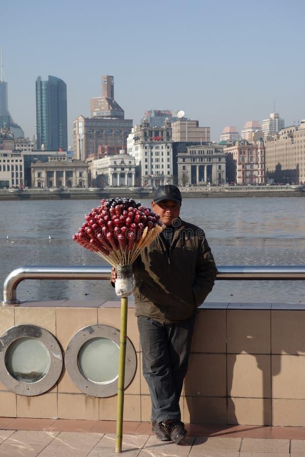 Kinesisk man som säljer dragerade hagtorn arkivbilder