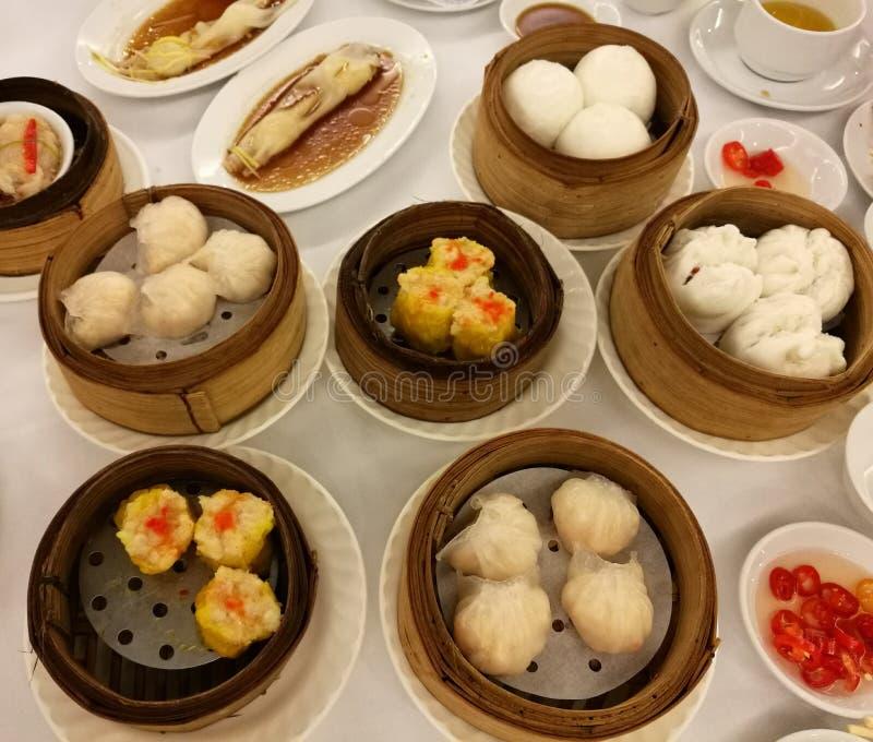 Kinesisk mat i den Kina staden, variation av dim sumuppsättningen i den lokala restaurangen i porslinet, lunchmål för traditionel royaltyfri fotografi