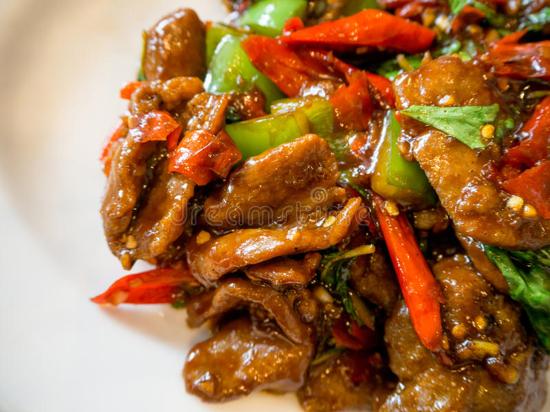 Kinesisk mat stekt under omrörning and med basilika och gröna och röda peppar royaltyfria bilder