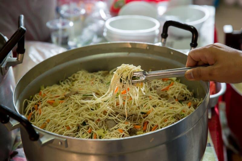 Kinesisk mat stekte nudlar Singapore-stil nudlar, grillat griskött och risnudlar rör att steka royaltyfri foto