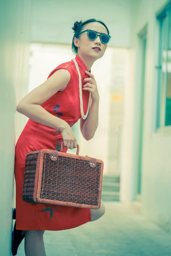 Kinesisk modemodell med solglas?gon och loppbagage f?r loppbegrepp royaltyfria foton