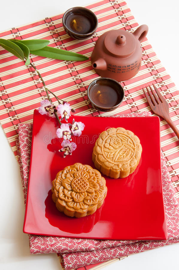 Kinesisk mooncake med traditionell tea arkivbild