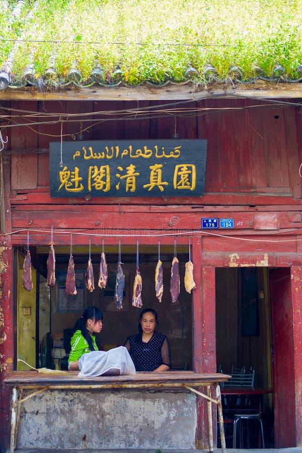 Kinesisk muslimsk slaktare Shop Meat Hanging utanför royaltyfri foto