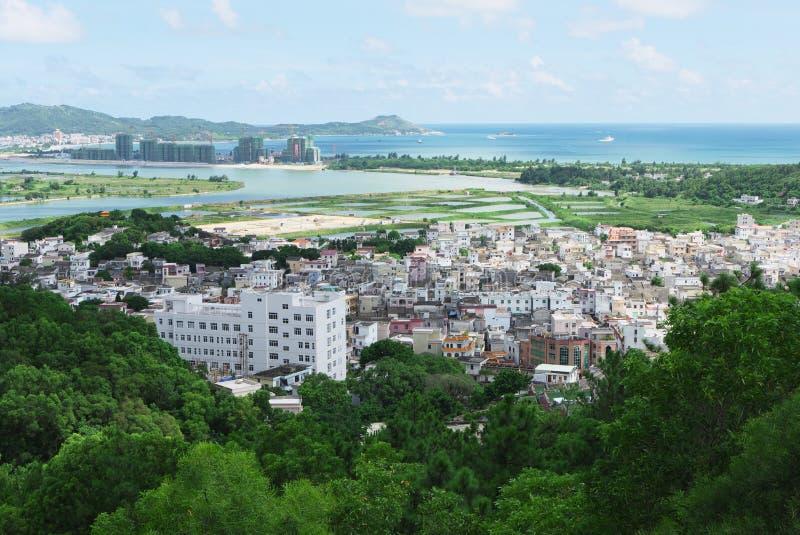 Kinesisk by nära hav royaltyfri foto