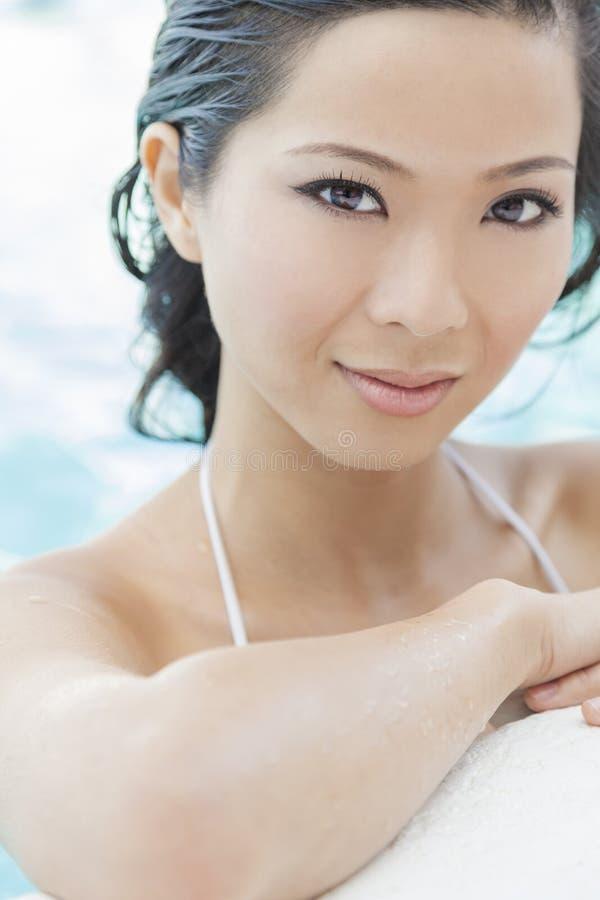 Kinesisk orientalisk asiatisk kvinna i simbassäng royaltyfri fotografi