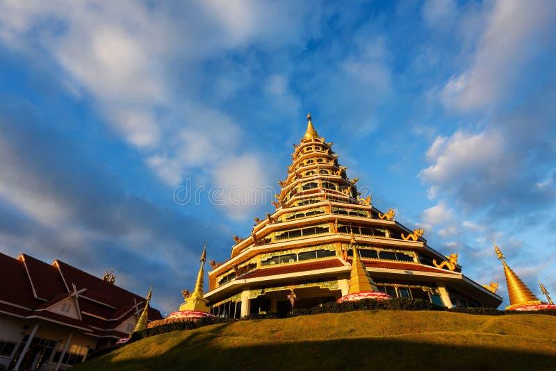 Kinesisk pagod med blå himmel, Chiang Rai fotografering för bildbyråer