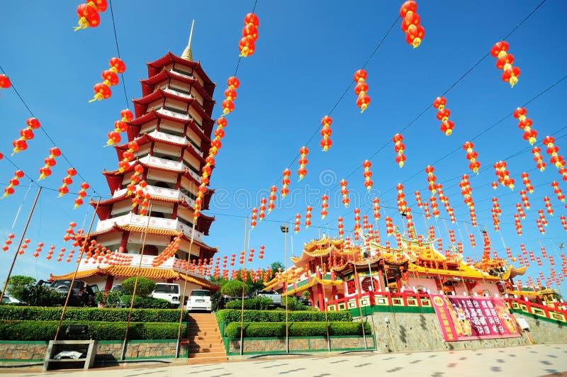 Kinesisk pagod och lyktor under kinesiskt nytt år arkivfoton