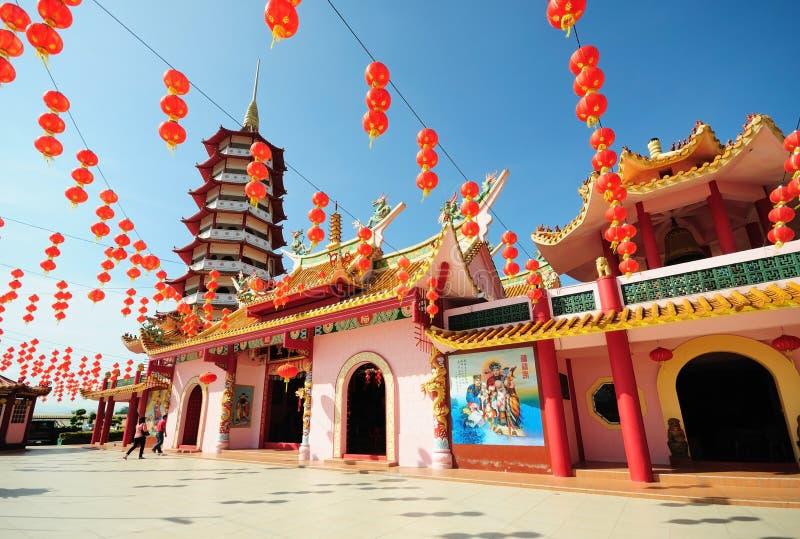 Kinesisk pagod och lyktor under kinesiskt nytt år royaltyfri foto