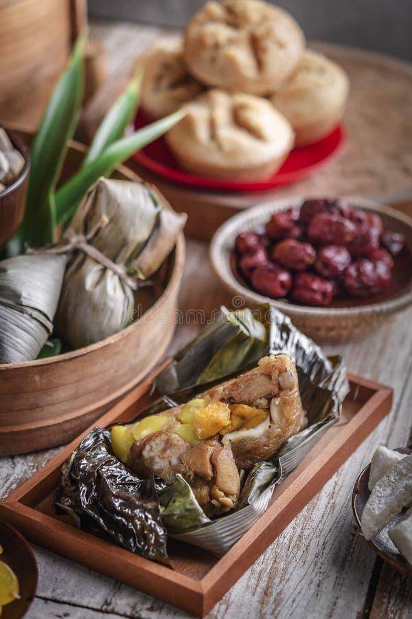 Kinesisk partitabell f?r nytt ?r med mat och traditionella garneringar royaltyfri foto