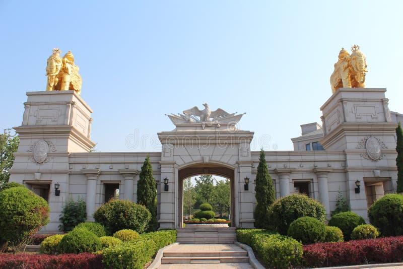 Kinesisk port med emblemet av fågeln och två guld- elefantskulpturer överst royaltyfri fotografi