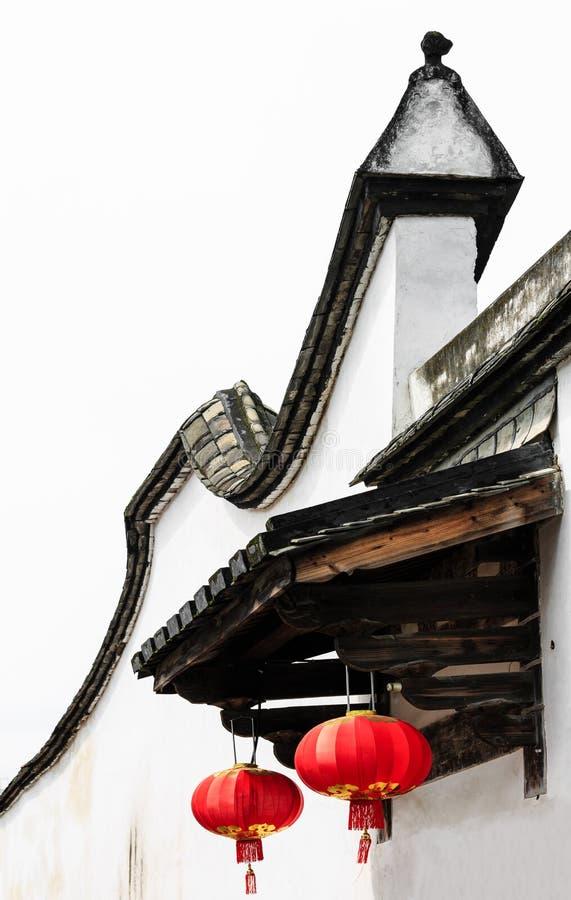 Kinesisk röd lykta som dekoreras på den kinesiska traditionella gamla husdetaljen royaltyfria foton
