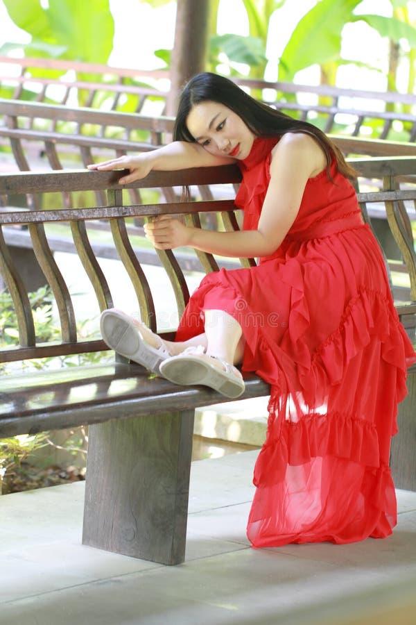 Kinesisk skönhet har en vila på en lång korridor royaltyfria bilder