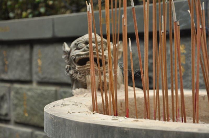 Kinesisk tempelrökelse och drakeskulpturdetalj fotografering för bildbyråer