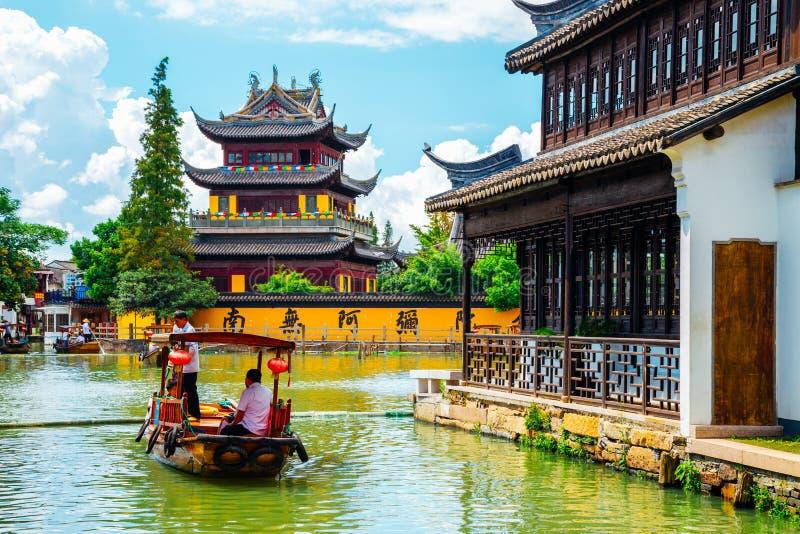 Kinesisk traditionell arkitektur med fartyg på kanalen av den Shanghai Zhujiajiao vattenstaden royaltyfria foton