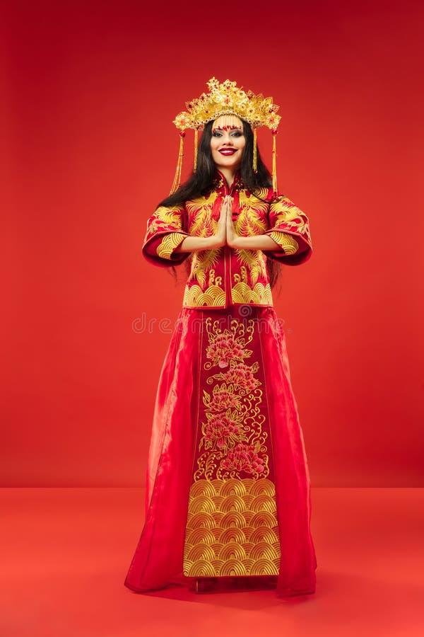 Kinesisk traditionell kvinna Härlig ung flicka som bär i nationell dräkt royaltyfria foton