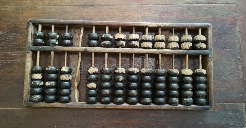Kinesisk traditionell räknemaskin, gammal kulram på trätabellen royaltyfria bilder