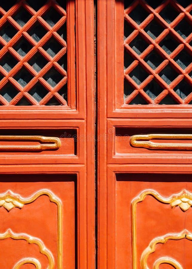 Kinesisk traditionell röd dörr på Lama Temple i Peking, Kina royaltyfria foton