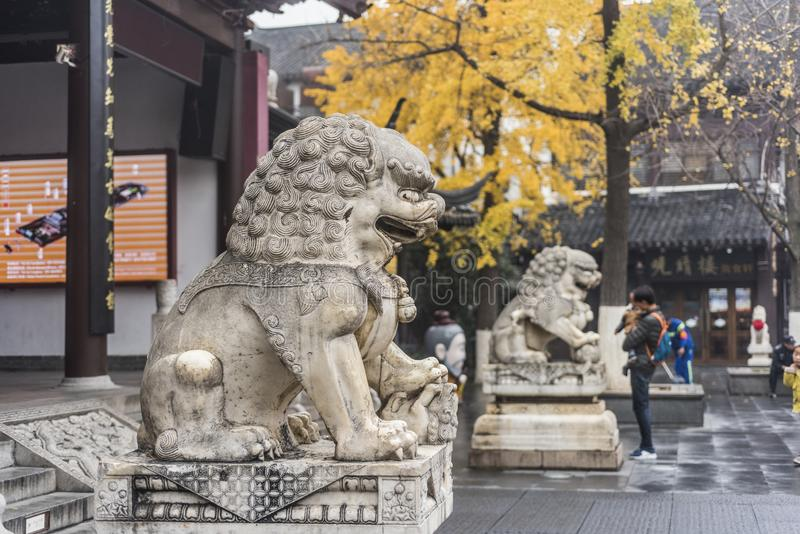 Kinesisk traditionell skulptur, grindvaktarestenlejon arkivfoton