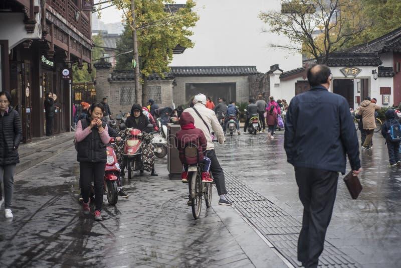 Kinesisk utbildning, föräldrar som överför deras barn till skola i morgonen royaltyfri foto