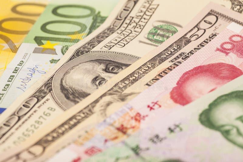 Kinesisk yuan, europeiska euroanmärkningar och amerikanska dollar arkivbilder